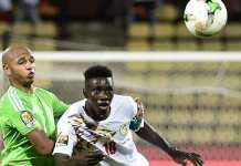 Comme lors de la CAN 2017, Yacine Brahimi (maillot vert) et Ismaila Sarr vont se faire face lors de Sénégal-Algérie. KHALED DESOUKI / AFP
