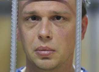 M. Golounov vu dans une cage devant le tribunal le 8 juin