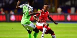Le Burundais Saido Berahino (d) en duel avec le Nigérian Wilfred Ndidi, le 22 juin 2019.