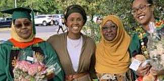 Mère et fille obtiennent leur diplôme de l'université américaine le même jour