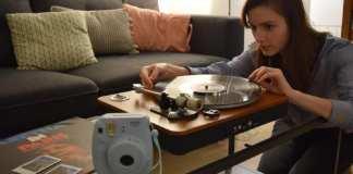 L'engouement pour les produits «tech vintage» se confirme, à l'ère du numérique, ceux-ci séduisant aussi les jeunes comme Marie, Parisienne de 24 ans, passionnée de vinyles et de photo instantanée. David Pauget / RFI