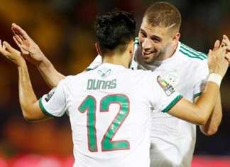 Les deux buteurs de la soirée, Islam Slimani et Adam Ounas, célèbrent la victoire de leur équipe 3-0 contre la Tanzanie.