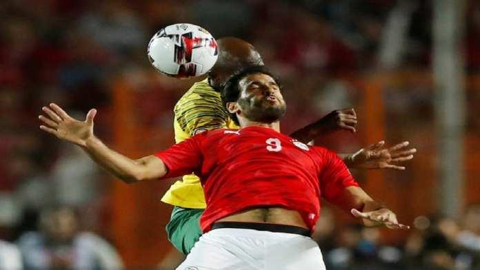 L'attaquant de pointe égyptien Mohsen à la lutte avec le Sud-africain Hlanti. REUTERS/Amr Abdallah Dalsh
