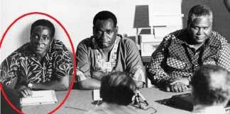 Mugabe (l) avec Nkomo (r) en 1960. Les relations entre les deux se détérioreraient après l'indépendance