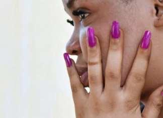 Une femme qui utilise des produits cosmétiques pour se dépigmenter Photo: SIA KAMBOU / AFP