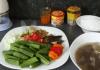Le gombo est utilsé comme ingrédient alimentaire dans beaucoup de pays d'Afrique subsaharienne. Capture d'écran Youtube.