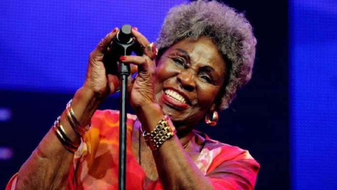 Dorothy Masuka , chanteuse de jazz sud-africaine d'origine zimbabwéenne, 83 ans