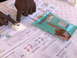 Démonstration d'utilisation d'un autotest VIH à Kasarani, en banlieue de Nairobi, le 6 novembre 2019. RAOUL MBOG