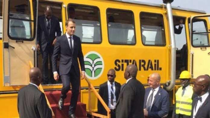 Affiche d'annonce de la visite d'Emmanuel Macron en Côte d'Ivoire, du 20 au 22 janvier 2019. LUDOVIC MARIN/AFP