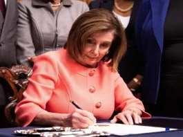 La chef démocrate de la chambre, Nancy Pelosi, signe l'acte d'accusation contre Donald Trump lors d'une cérémonie solennelle à Washington, le 15 janvier 2020. — Michael Brochstein/Sipa USA/SIPA