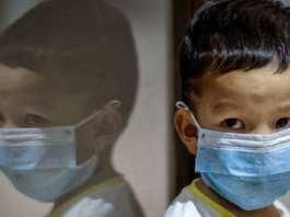 Un enfant portant un masque facial à l'aéroport international Ninoy Aquino de Manille