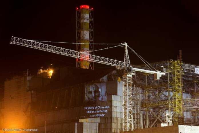 15 faits / Greenpeace a marqué le 30e anniversaire de l'accident de Tchernobyl en projetant des messages de soutien aux survivants sur le sarcophage du réacteur endommagé.