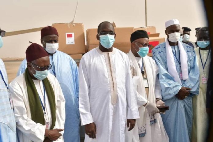 présence du Ministre de la Santé et de l'Action sociale, du Secrétaire d'État en charge des Sénégalais de l'extérieur, de l'Ambassadeur du Maroc au Sénégal et de Chefs religieux,