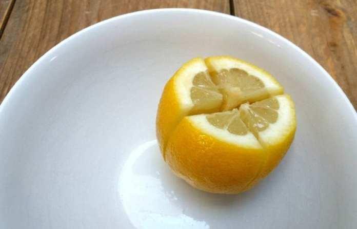 Coupez un citron et mettez-le à côté de votre lit. Pourquoi Tout le monde devrait essayer ça !
