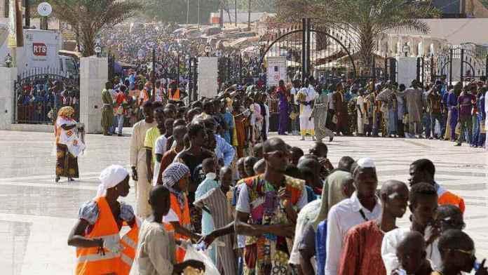 Il y a généralement une foule immense sur la tombe du fondateur de la confrérie Mouride pendant le pèlerinage du Grand Magal de Touba.