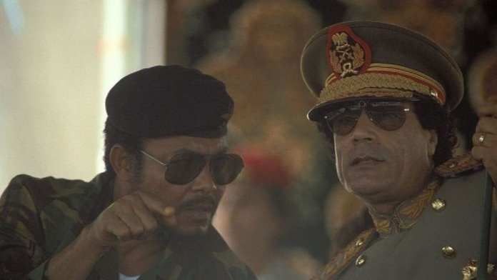 Jerry Rawlings avec l'ancien guide libyen Muammar Kadhafi in 1987