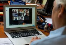 Quatre (4) problèmes de l'enseignement en ligne selon un professeur qui a démissionné d'une classe Zoom