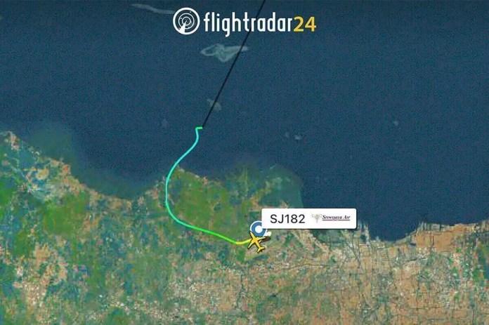 Image radar (kafunel.com) montrant le parcours du Boeing 737 de la compagnie Sriwijaya Air après son décollage de Jakarta. AP