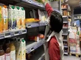 Une cliente sans masque frappe une employée dans un supermarché