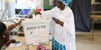 une_femme_met_son_bulletin_de_vote_dans_lurne_le_jour_de_lelection_presidentielle_dans_un_centre_de_vote_aux_hlm._le_24_fevrier_2019._photo_unowas_unowas_scpio