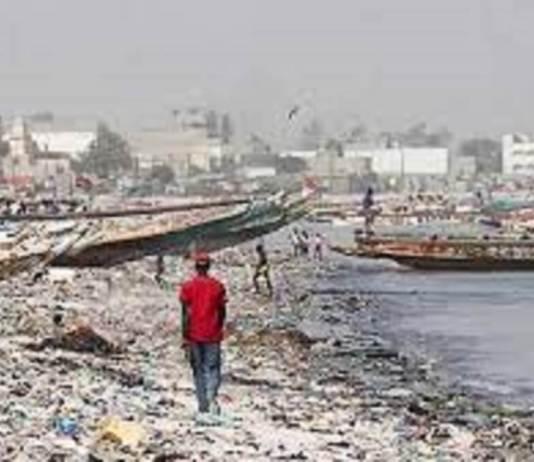 Pollution marine à Hann village www.kafunel.com les pêcheurs dans le creux de la vague