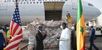 Covid-19 www.kafunel.com Abdoulaye Diouf Sarr a réceptionné 151 200 doses de vaccins Jonhson & Jonhson