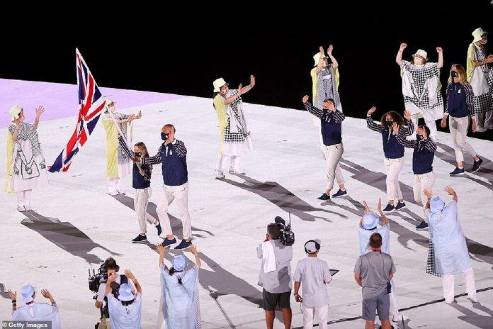 L'équipe GB entre dans le stade olympique de Tokyo, au Japon, dirigée par les porte-drapeaux Hannah Mills et Mohamed Sbihi après que les règles ont été modifiées