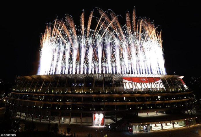 Les Jeux olympiques de Tokyo ont commencé en trombe alors que des feux d'artifice ont explosé au-dessus d'une arène par ailleurs étrangement calme après l'interdiction des foule