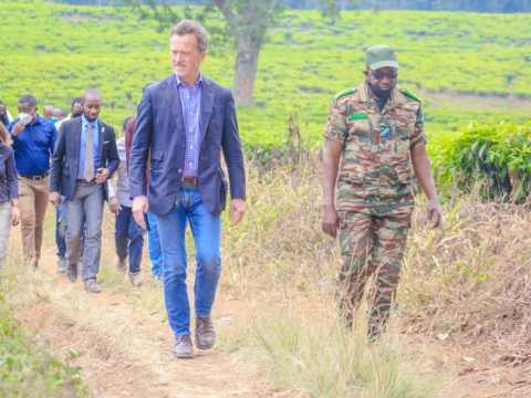M. l'ambassageur d'Allemagn en RDC visite le parc de Kahuzi-Biega en compagnie de son directeur du site