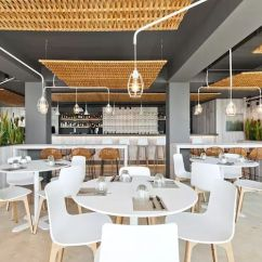 Summer Kitchen Ideas Storage Racks 这个西班牙渔村的旅馆餐吧 想要打造一种夏天的感觉 开店邦 在内部空间的布置上 设计师们的想法是尽可能地让顾客靠近美景 所以厨房和饮料台被移到了背面 同时 他们还划分了几类餐饮区域 有面向大海