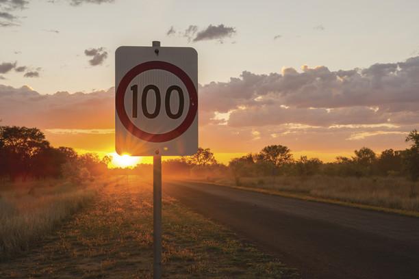時速100キロの標識