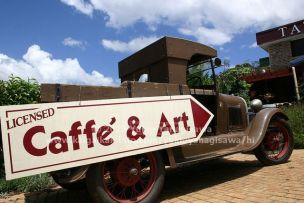 古いトラックに書かれたカフェのサイン