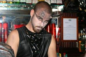 悪魔に扮装したバーテンダーの顔