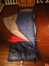 寝袋とキャンプマットを開いたところ