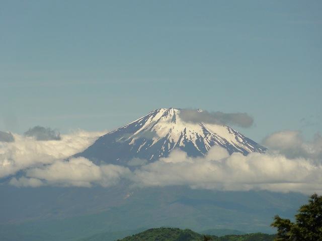 丹沢表尾根縦走ルートの烏尾山山頂から眺める富士山