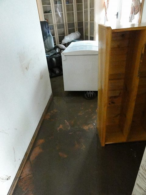 洪水後の家の中