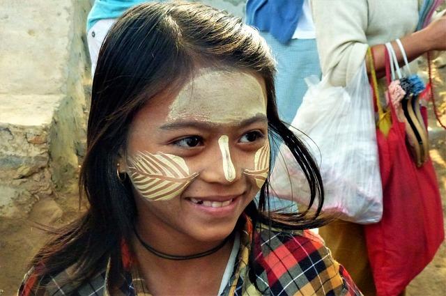 「タナカ」を塗ったミャンマー人女性