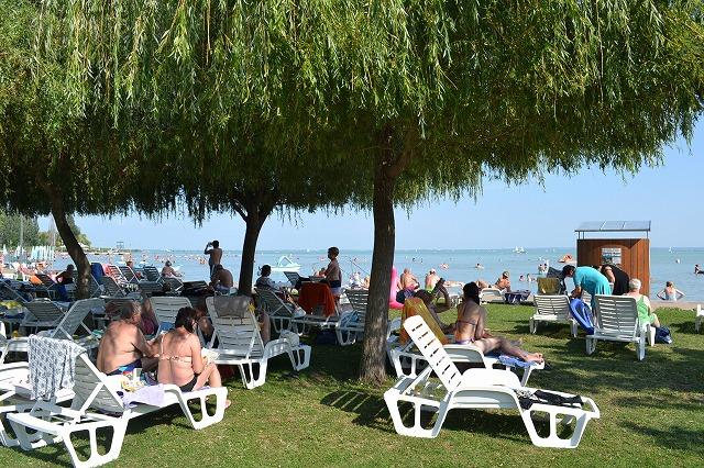 ハンガリーのバラトン湖でバカンスを楽しむ人たち
