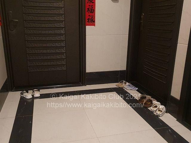台湾のマンションの玄関ドアの前に置かれた靴