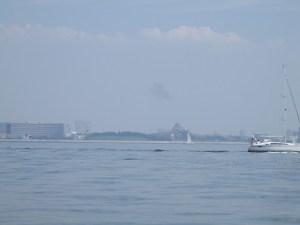 ディズニーランドやディズニーシー沖を航行する東京湾散骨