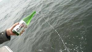 海への散骨時の献酒