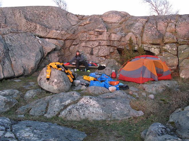 Arpökalven i Listerby skärgård - tältplats i lä av klippan