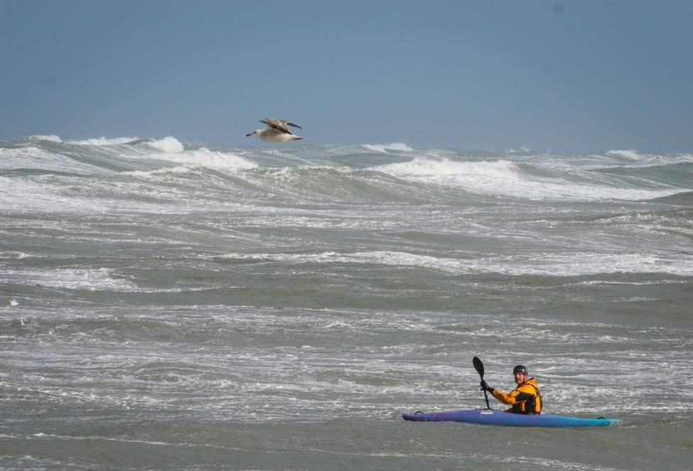 Johan LInder på väg ut i vågorna för surfpaddling i Klitmøller