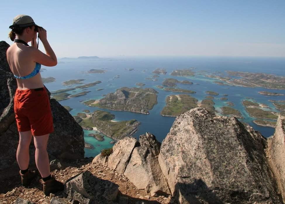 Pia på Rødøyas topp. Helgelandskusten, Norge.