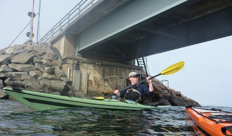 Pia under bron mellan Almö och Hasslö