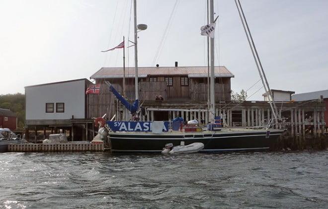 Havnomadens anläggning sedd från vattnet. Stor segelbåt på besök