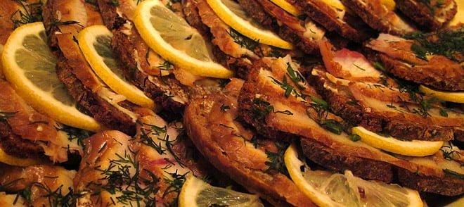 Flatrökt ål på mackor på Örö