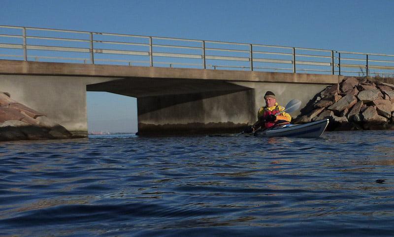 Ragnar och lilla öppningen i bron till Hasslö