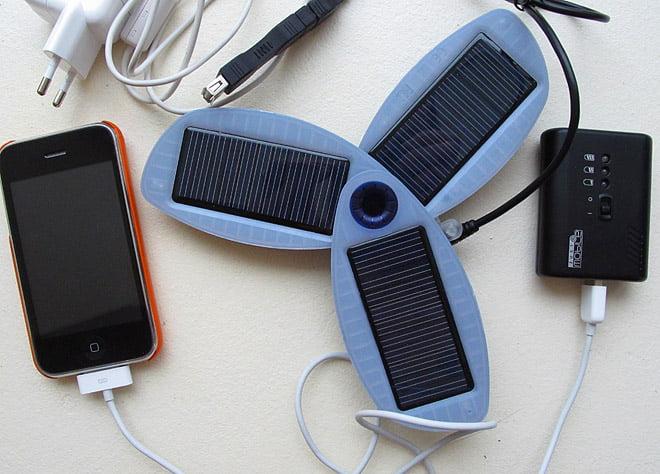 iPhone, Solio, GumPro och lite sladdar för att ladda även från två-hål-i-väggen