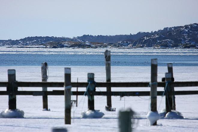 Isfritt ett par hundra meter söder om GKF, precis utanför hamnpiren.